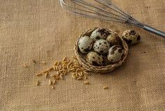 鹌鹑蛋、麦子和打蛋器 免版税库存照片