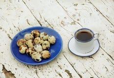 鹌鹑蛋与一杯茶的早餐或热的咖啡 免版税库存图片