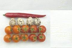 鹌鹑蛋和菜在老破裂的被遮蔽的木盛肉盘 库存图片