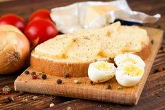 鹌鹑蛋和面包用黄油和乳酪 免版税图库摄影