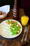 鹌鹑蛋沙拉用莴苣和蕃茄在板材 库存照片