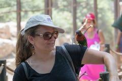 鹦鹉坐一个少妇的手在集居区的Nir大卫澳大利亚动物园淦宗师,在以色列 免版税库存照片