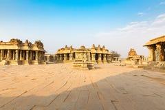 鹰报向运输车和Vitthala寺庙gopuram,亨比扔石头 免版税图库摄影