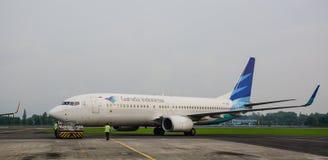 鹰报航空公司在跑道飞行在Jogja机场在印度尼西亚 免版税图库摄影
