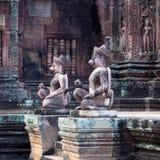 鹰报雕象在Banteay Srey寺庙,柬埔寨的 免版税库存图片