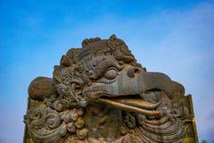 鹰记航空公司勇敢的印度神话鸟图象在GWK文化公园,巴厘岛 免版税库存照片