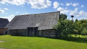 鹳巢在立陶宛的村庄 免版税库存照片