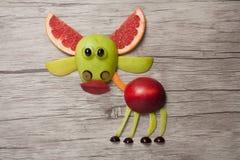鹿做用果子在木背景 免版税库存图片
