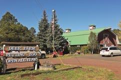 鹿农厂动物园入口标志 免版税库存图片