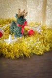 鹿和圣诞节概念在金黄轻的背景中 JPG 库存照片