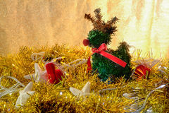 鹿和圣诞节概念在金黄轻的背景中 JPG 免版税库存照片