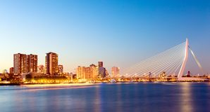 鹿特丹全景 在河默兹的Erasmus桥梁有摩天大楼的在鹿特丹,南荷兰省,在微明期间的荷兰 免版税库存照片