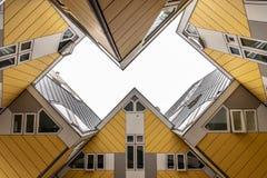鹿特丹立方体议院天空视图 免版税库存照片
