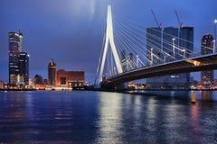 鹿特丹街市地平线城市在晚上 免版税库存照片