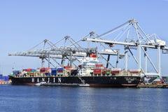 鹿特丹被停泊的集装箱船港  免版税库存照片