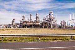 鹿特丹,荷兰- 2018年4月20日:一个石油化学工业的精炼厂生产在Europort港口 免版税图库摄影