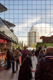 鹿特丹,荷兰- 2015年5月9日:人参观Markthal (市场大厅)在鹿特丹 免版税库存图片