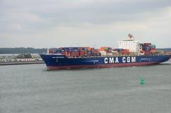 鹿特丹,荷兰- 2016年8月13日:离开从鹿特丹港口,荷兰的集装箱船 免版税库存照片
