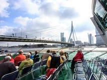 鹿特丹,荷兰- 2016年9月03日:Spido小船的游人在鹿特丹游览查寻Erasmus桥梁 免版税图库摄影