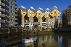 鹿特丹, 2018年1月07日的荷兰, 求房子和摩天大楼的立方在鹿特丹的中心,与蓝天的背景 图库摄影