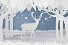 鹿纸被削减的艺术和工艺样式在有拷贝空间的森林里 库存照片