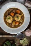 鹿肉炖煮的食物用烟肉和葱饺子 库存图片