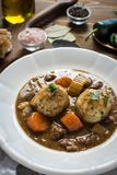 鹿肉炖煮的食物用烟肉和葱饺子 库存照片