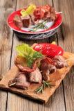 鹿肉souvlaki和咸肉条 图库摄影