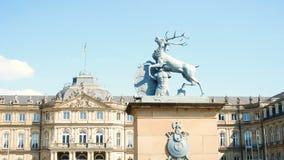 鹿雕象,在喷泉后的Neues施洛斯,财政部的住处,宫殿在王宫广场广场 影视素材