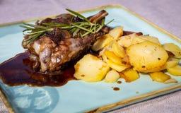 鹿鹿肉肉,科尔蒂纳丹佩佐,意大利板材的细节  库存照片