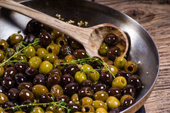 麝香草和橄榄在长柄浅锅 免版税库存图片