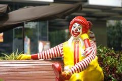麦克唐纳・罗纳德 罗纳德是冠吉祥人麦克唐纳,卖与特权商店a的一最大的快餐连锁店汉堡 库存照片