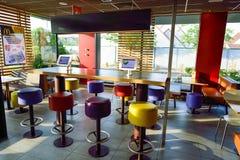 麦克唐纳餐馆内部 免版税库存照片