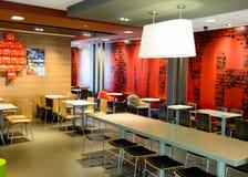 麦克唐纳餐馆内部  免版税库存图片