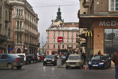 麦克唐纳餐馆,汽车停车处,一条街道在利沃夫州,乌克兰的中心 库存照片