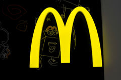 麦克唐纳` s黄色商标灯箱在晚上 库存照片