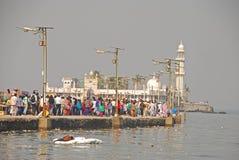赴麦加朝圣过的伊斯兰教徒阿里Dargah是位于小岛的清真寺& dargah坟茔在离Worli的附近,孟买,印度海岸  库存照片