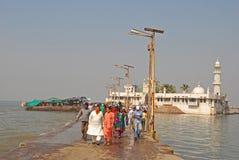 赴麦加朝圣过的伊斯兰教徒阿里Dargah是位于小岛的清真寺& dargah坟茔在离Worli的附近,孟买,印度海岸  免版税库存图片