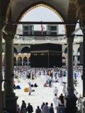 麦加,沙特阿拉伯半岛2019年6月4日:回教香客绕行从哈莱姆清真寺底层的圣堂  穆斯林所有  免版税图库摄影