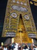 麦加,沙特阿拉伯- 2019年3月:圣洁圣堂特写镜头的金黄门,盖用Kiswah 在门的巨型的锁 免版税图库摄影