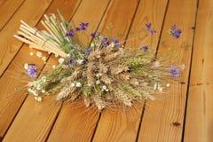 黑麦和野花的耳朵花束  免版税图库摄影