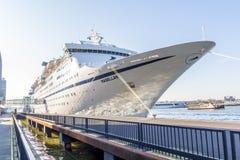 麦哲伦游轮靠码头在阿姆斯特丹港口 库存照片