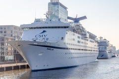 麦哲伦游轮靠码头在阿姆斯特丹港口 免版税库存照片