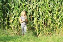 麦地的小女孩 免版税库存图片