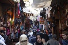 麦地那,菲斯,摩洛哥拥挤的街,2017年 图库摄影