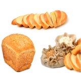 麦子五谷和面粉在布料大袋和新鲜面包片 免版税库存照片