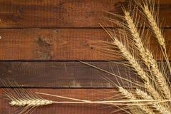麦子五谷在被风化的木背景的与拷贝空间 f 库存图片