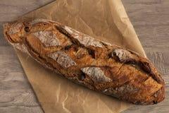 麦子大面包用在木的杏干 免版税库存照片