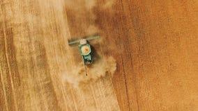 麦子收获鸟瞰图与现代组合的在4K的领域 股票视频