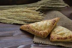 麦子的吹和耳朵在木桌上的 库存照片